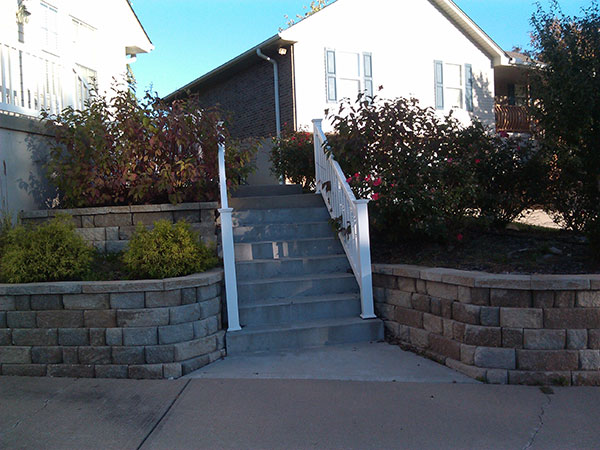 Retaining wall on sides of stairs